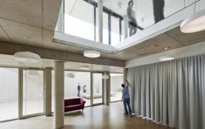 View from multifunctional room to kids' playroom (從多功能共用室往兒童遊戲間看) © Einszueins